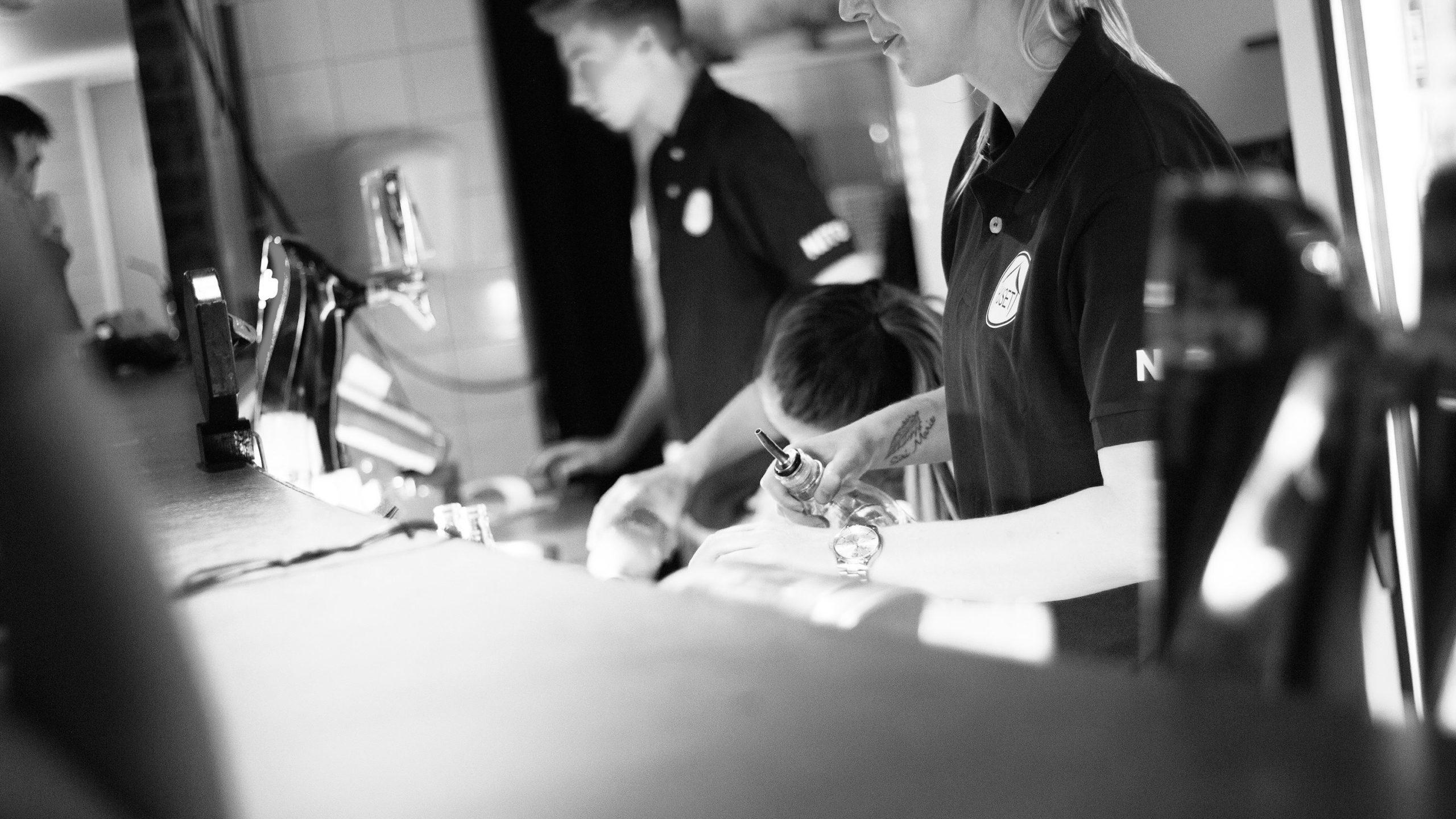Bilde av bartendere på Huset som lager en drink, bildet tatt av Mia Tollaksvik